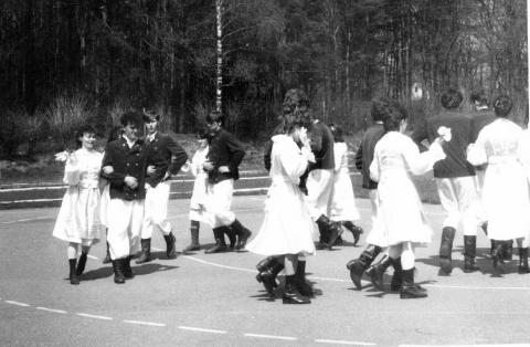 Występ zespołu tańca ludowego ZSR podczas obchodów 850-lecia Opatówka w dniu 21.06.1987 r. na boisku szkolnym